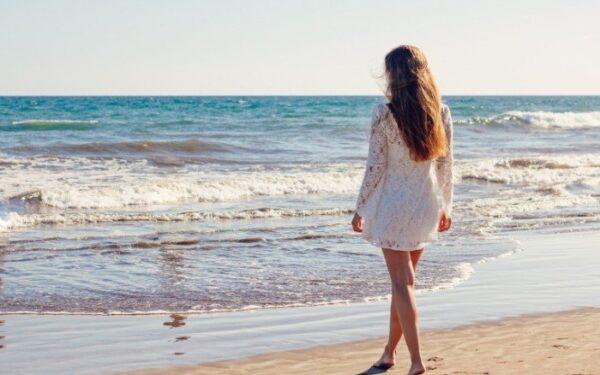 Devushka-i-more-Girl-and-sea-700x466